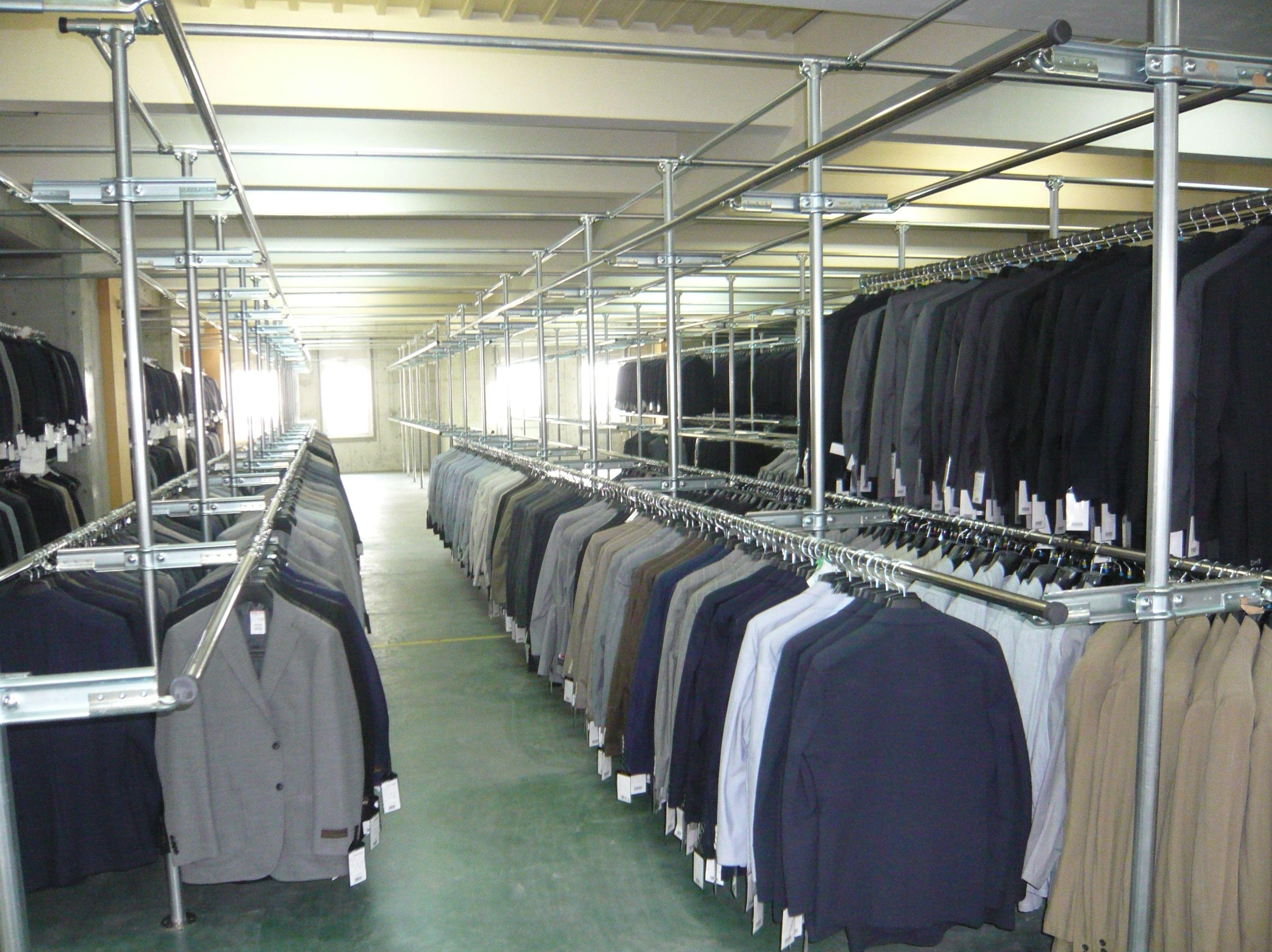 スーツ・コート用の固定式ハンガーラックを設置しました。